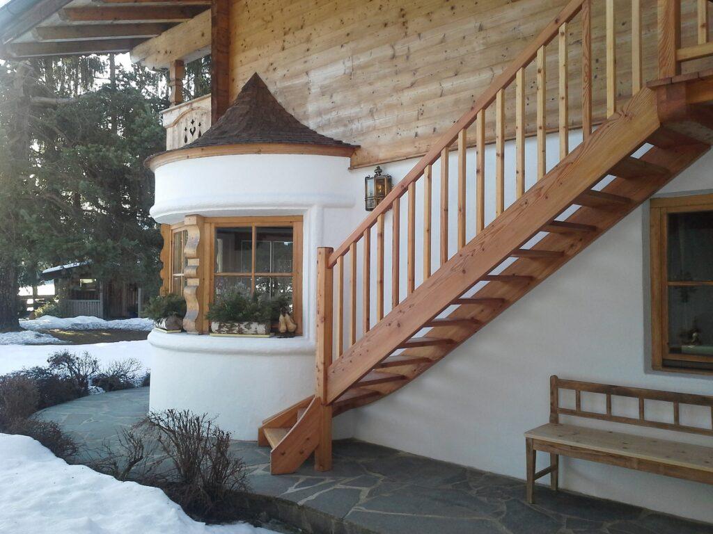 escalier avec garde-corps en bois